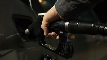 """Posłowie PiS wycofali poparcie dla projektu opłaty paliwowej, by jeszcze tego samego dnia jednak go udzielić. """"Biedni niewolnicy"""""""