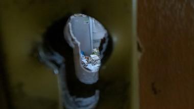 Śmieci i fetor na korytarzu. Sąsiad to nałogowy zbieracz