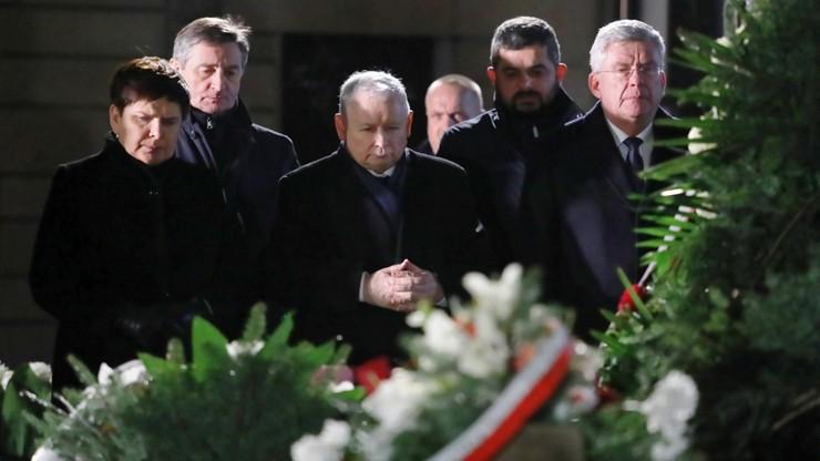 Politycy PiS złożyli kwiaty przy grobach Kuronia, Popiełuszki, Kuklińskiego i Romaszewskiego