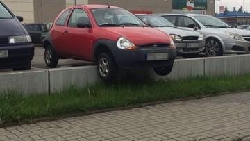 Zawiesiła auto na krawężniku i poszła kupić więcej alkoholu