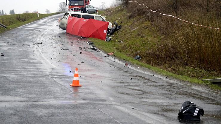 Bus zderzył się z tirem. Cztery osoby nie żyją, cztery są ranne