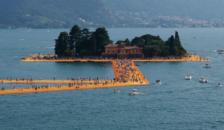 Pływające keje w jeziorze Iseo