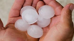 28.02.2021 07:00 Pogoda uwzięła się na Teksas. Po mrozach i śnieżycach spadł grad, który wybijał szyby i dziurawił dachy