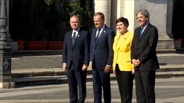"""""""Musimy się uśmiechać"""". Tak Szydło i Tusk pozowali do zdjęć"""