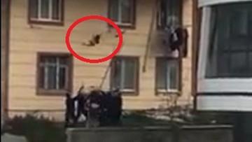 Dwuletni chłopiec wypadł z okna na drugim piętrze. Uratowali go sąsiedzi
