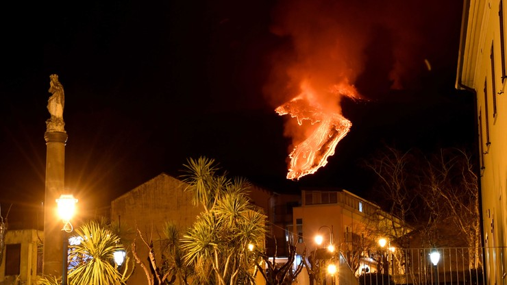 Włochy. Wulkan Etna znów aktywny. Wyrzuca z siebie fontanny lawy