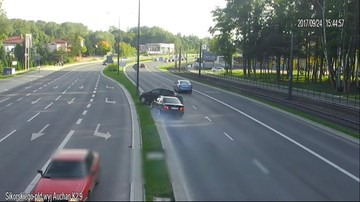 Olsztyn: Po groźnej kolizji auta wylądowały jedno na drugim. 28-latek stracił prawo jazdy