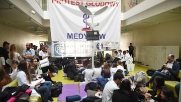 Protest rezydentów. Sejmowa komisja zdrowia w szpitalu, w którym trwa głodówka