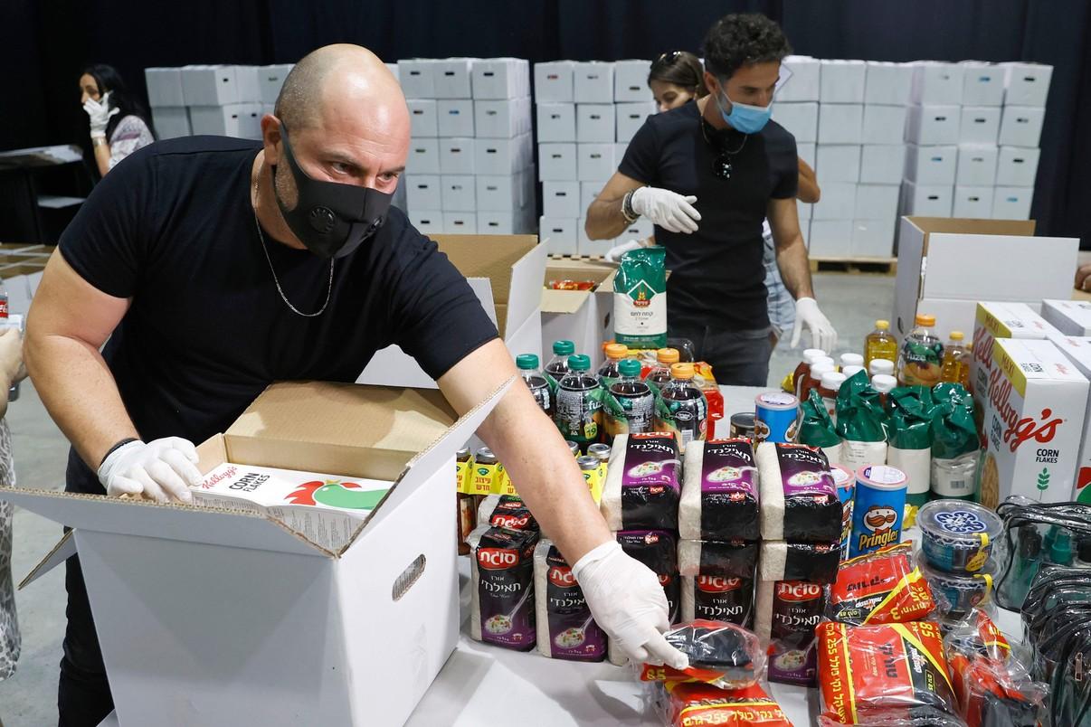 Lior Raz, popularny izraelski aktor, znany z serialu Fauda, pakuje paczki żywnościowe dla ludzi izraelskiej kultury