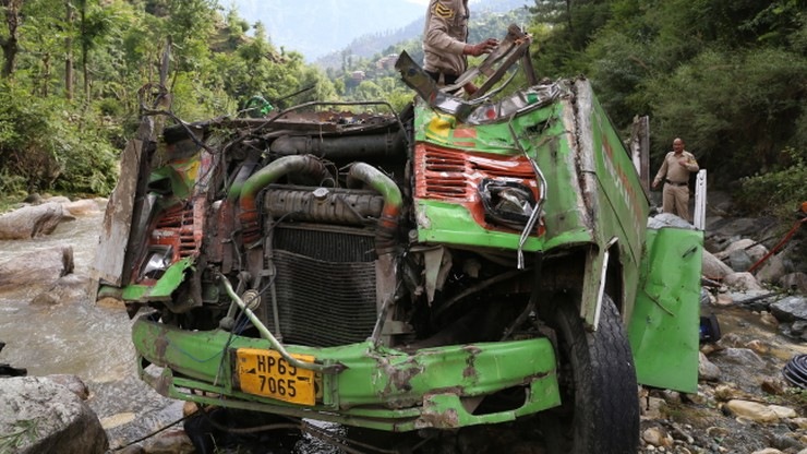 39 ofiar katastrofy autobusu w Indiach. Pojazd stoczył się do wąwozu