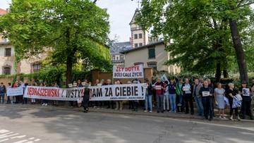 """""""Jędraszewski! Wstyd nam za ciebie"""". Protest przed mszą św. z udziałem metropolity krakowskiego"""