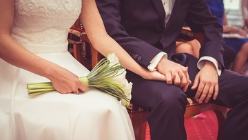 Tego w kościele nie usłyszysz. Biskup stworzył listę ślubnych i pogrzebowych przebojów zakazanych