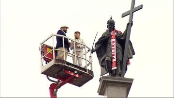 Król Zygmunt kibicuje biało-czerwonym. Ma szalik w polskich barwach