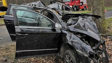 Passat rozbił się na drzewie w Kostrzynie. Kierowca nie żyje
