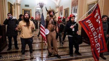 W kostiumie szamana na Kapitolu. Ujawniono tożsamość mężczyzny