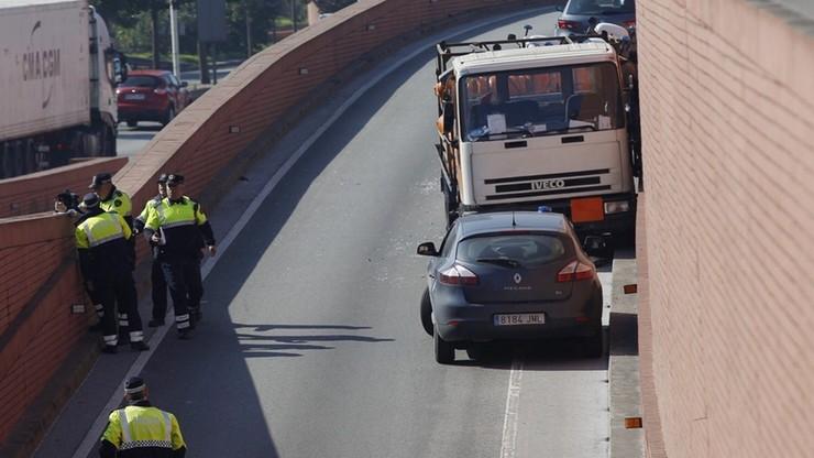Barcelona: jechał pod prąd ciężarówką z butlami gazowymi. Policja otworzyła ogień