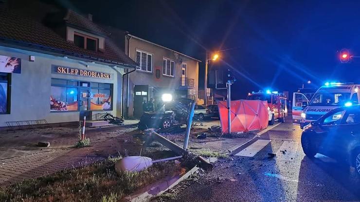 Auto uderzyło w słup – nie żyje dwóch młodych mężczyzn