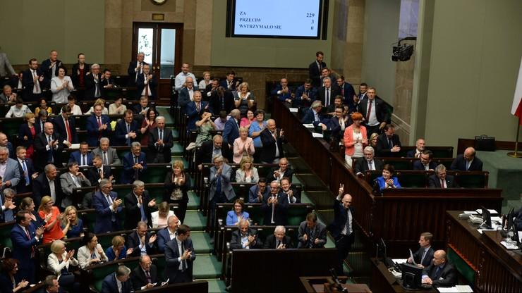 """Zmiany w ustroju sądów uchwalone przez Sejm. """"Straszak na sędziów i prezesów sądów"""""""