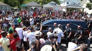 Tyson i Lewis nieśli trumnę. Tłumy na pogrzebie Alego w Louisville