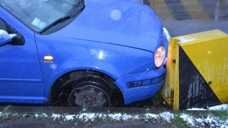Pijana jechała samochodem na samej feldze. Uderzyła w betonową zaporę