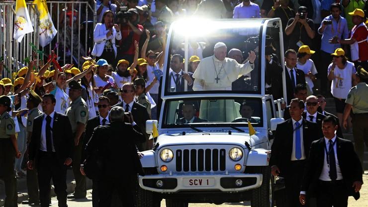 Papież Franciszek trafiony w twarz czapką. Incydent podczas pielgrzymki w Chile