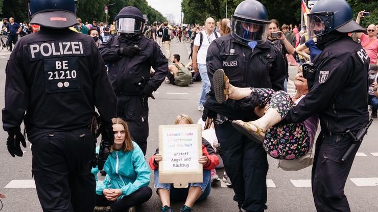 Niemcy. Berlińska policja oskarżona o przemoc wobec protestujących przeciw polityce covidowej
