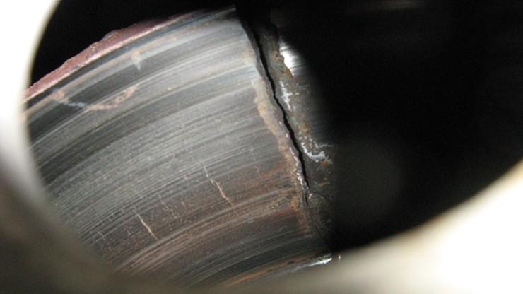 Pęknięta tarcza hamulcowa, odkręcone przewody. Katastrofalny stan ciężarówki