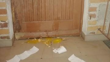 """""""Oszust i kłamca"""". Zniszczono drzwi sołtysa, bo nie podał nazwiska zakażonego koronawirusem"""
