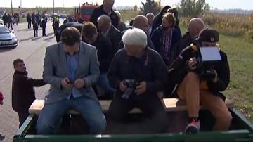 Na briefing Kaczyńskiego wieźli reporterów przyczepą. Zostali pouczeni przez policję