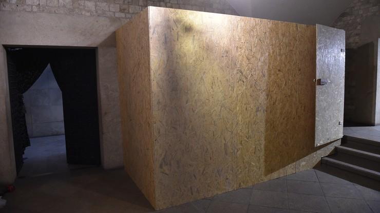 Projektanci i kamieniarze przygotowują nowy sarkofag dla prezydenta Kaczyńskiego i jego żony. Mają trzy dni