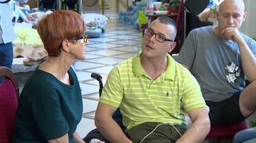 Niepełnosprawny Adrian o samodzielności: opłaciłem czynsz, kupiłem chleb, na buty nie starczyło