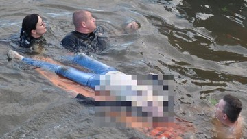 Błyskawiczna akcja policji. Wydobyli z dna rzeki kobietę. Była 3 metry pod wodą