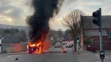 Zamieszki w Belfaście. Uprowadzono i spalono autobus miejski