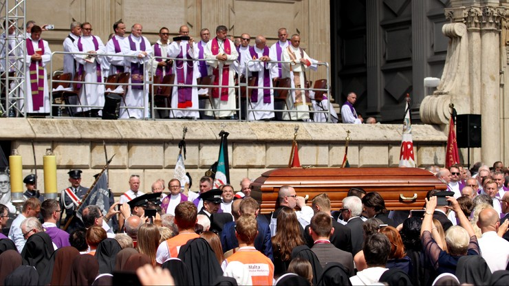 """""""Zostawił głęboki ślad w ludzkich sercach"""". Pożegnanie kardynała Macharskiego na Wawelu"""
