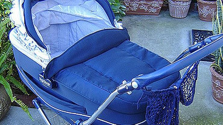 Rowerzysta potrącił wózek. Trzymiesięczne dziecko wypadło na chodnik
