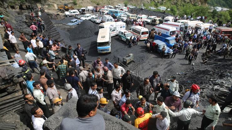 Maleją szanse na uratowanie górników w Iranie. Wydobyto 26 ciał