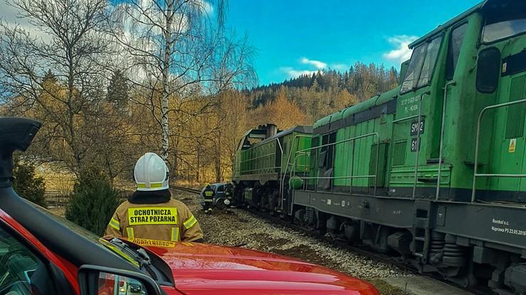 """Zignorowała znak """"stop"""". W jej auto wbiła się lokomotywa [ZDJĘCIA]"""