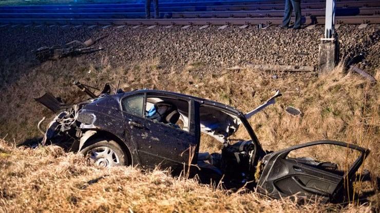 Kierowca mógł ominąć opuszczone półrogatki na przejeździe. Zderzył się z jadącym 160 km/h pociągiem