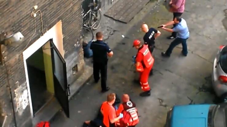 Policjanci obezwładniali nożownika za pomocą… mopa i roweru