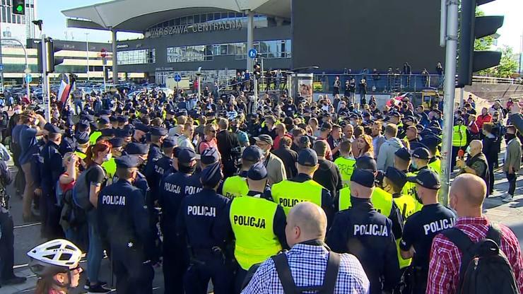 Protest przedsiębiorców. Tanajno zatrzymany, tłum blokował radiowozy
