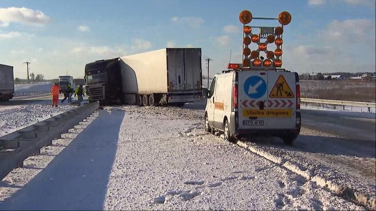 Przywrócono ruch na autostradzie A2. Trudne warunki na drogach