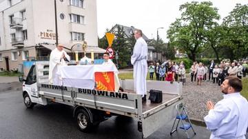 Ksiądz Wesołek wygrał w Bydgoszczy z koronawirusem. Mobilny ołtarz w Boże Ciało
