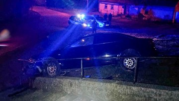 Lubuskie: pijany 30-latek uderzył autem w mur i zawisł na schodach