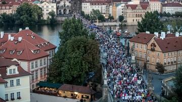 Czechy: manifestacja przeciwko Zemanowi i Babiszowi. Demonstrujący wybrali symboliczną datę