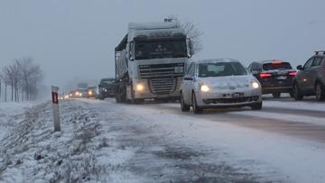 """""""Lód na drodze, auta w rowach na A4"""". Wypadek za wypadkiem po śnieżycach"""