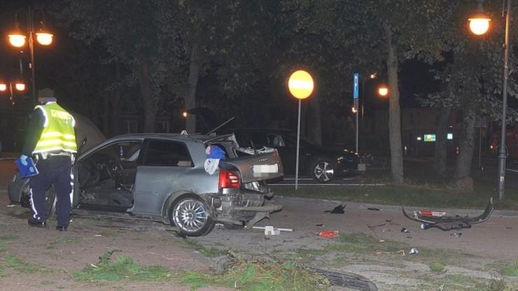 Annopol. 19-latek stracił panowanie nad samochodem. Kierowca i pasażerka wypadli z pojazdu