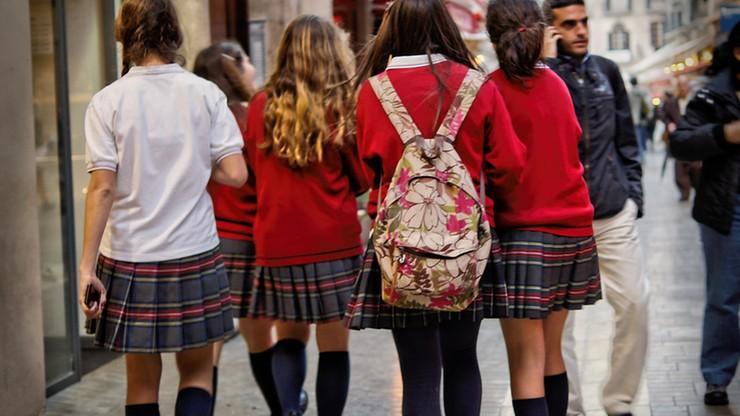 Anglia: zakaz noszenia szortów. Uczniowie przyszli do szkoły w... spódnicach