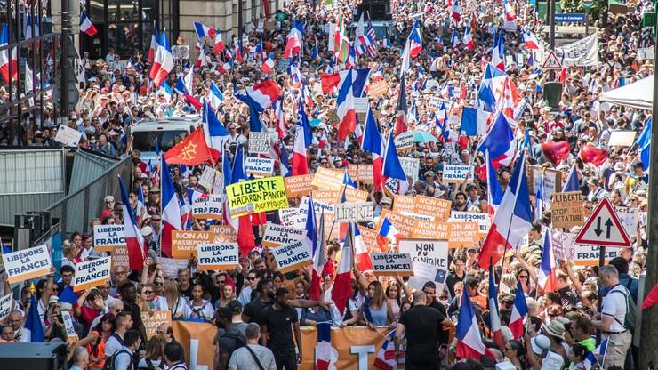 Francja. Kilkaset tysięcy osób protestuje przeciwko przepustkom sanitarnym. 5. tydzień demonstracji