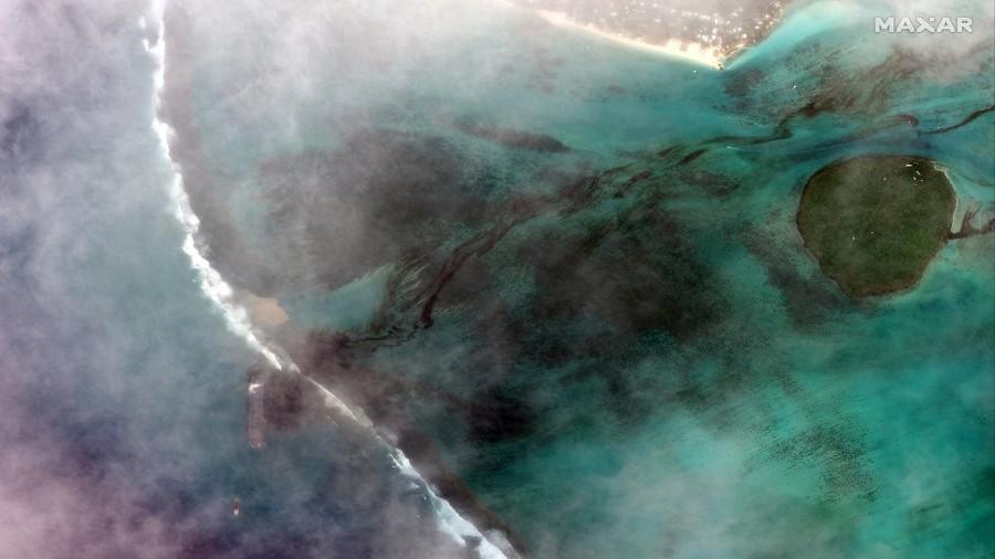 Zdjęcie satelitarne wycieku z tankowca u wybrzeży Mauritiusa. Fot. Twitter / Maxar Technologies / @Maxar.