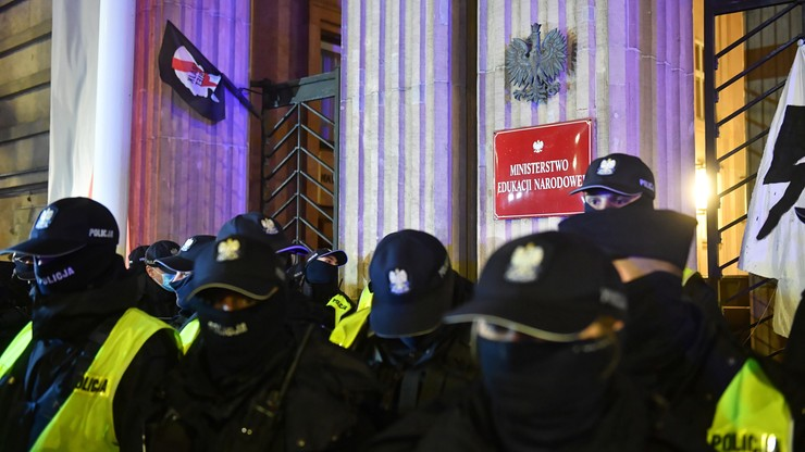Protestujący usiłował wyrwać kratę w radiowozie. Doznał urazu ręki